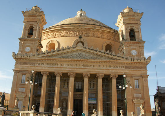Die  Kirche Rotundo in Mosta von vorne........