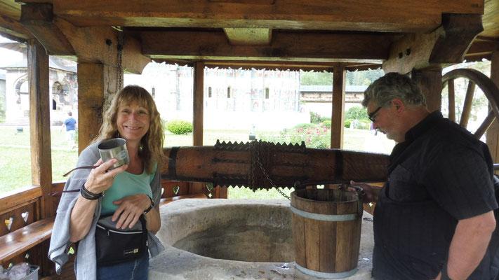 Der Ziehbrunnen. Damit man von dem trinkt, muss der Durst wohl noch etwas grösser sein.