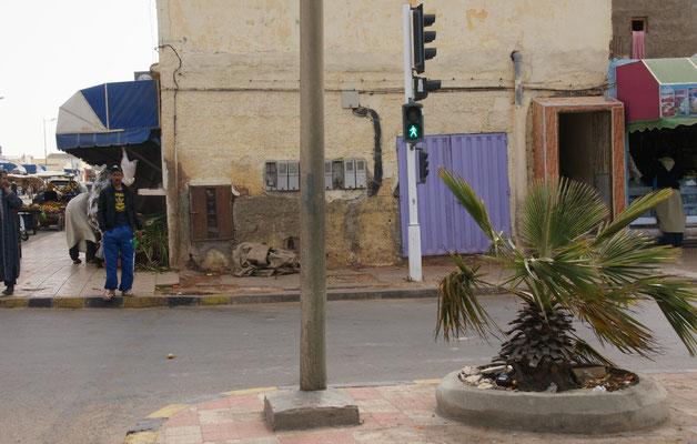 Modernes Boujdour. Das grüne Männchen fordert uns zum Gehen auf