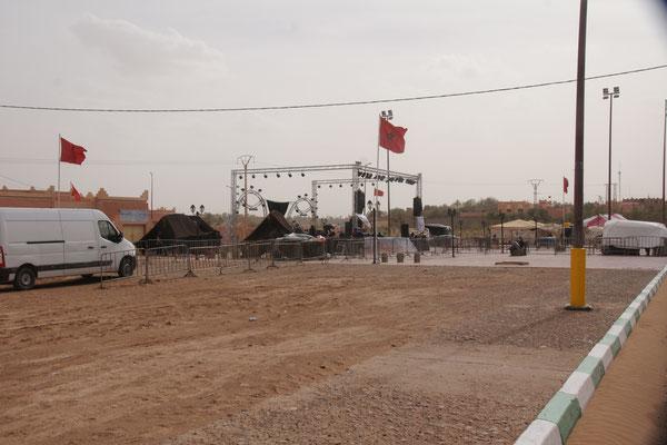Die Bühne tagsüber in M'hamid am Nomadenfestival