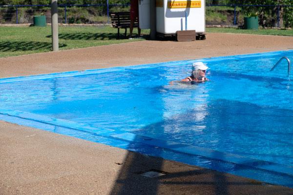 Das Wasser entspricht in etwa der Lufttemperatur. 33 Grad.