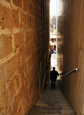Zwischen den Mauern geht es runter an den Grand Harbour...