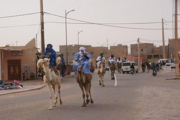 Da traben sie durch M'hamid am Nomadenfestival