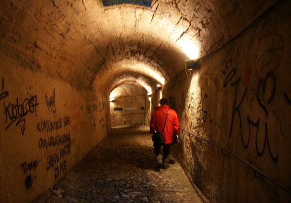 Unter dem Wall durch nach draussen
