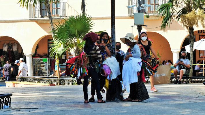 Der Hauptplatz. Die Händlerinnen kommen aus Chiapas