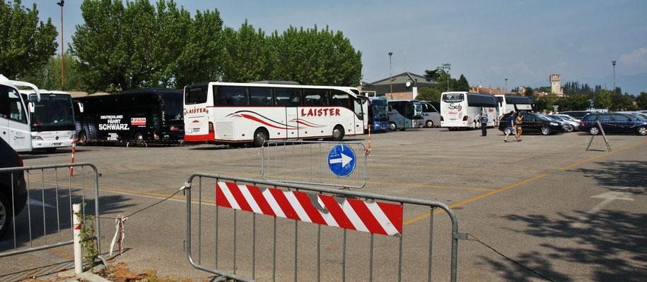 Ein Reisebus um den anderen fährt auf den Parkplatz
