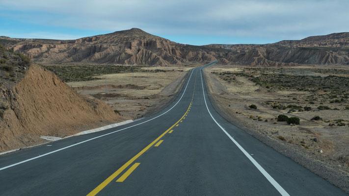 Weiter eine gute ausgebaute Strasse durch das Gebirge