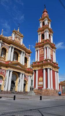 Die Kirche etwas zurückversetzt vom Hauptplatz in Salta