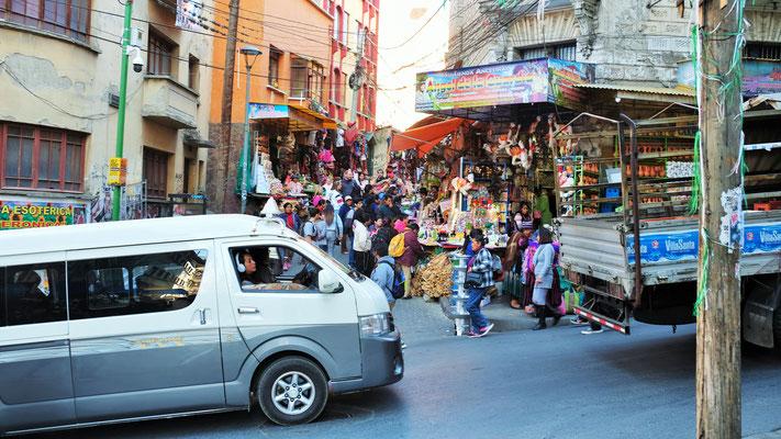 Der Hexenmarkt im Zentrum ist zurzeit auch von Einheimischen gut besucht.