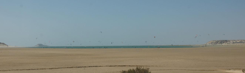Kitefurfer geniessen den Sturm in der Lagune von Dakhla