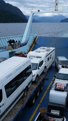 ....dürfen als allerletzte auch noch auf die Fähre zur 5-stündigen Ueberfahrt nach Hornopiren