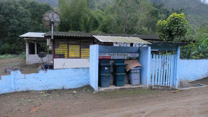 Vor der Krankenstation wird der Müll getrennt