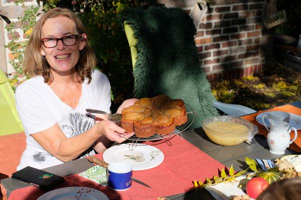 Kurz darauf steht der leckere Birnenkuchen auf dem Tisch.