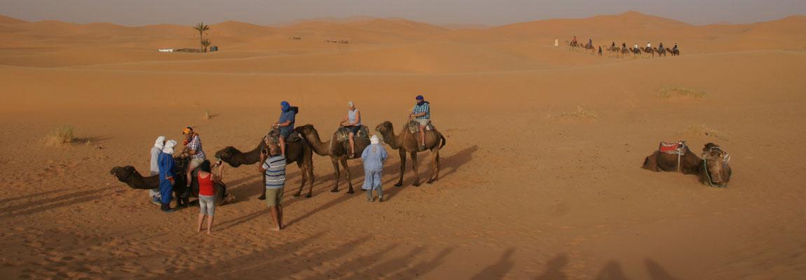 Es sind einige Touristenkarawanen unterwegs hinter die Dünen am Erg Chebbi