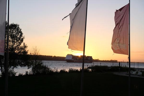 Das letzte Schiff vor Sonnenuntergang wird in Hamburg begrüsst.