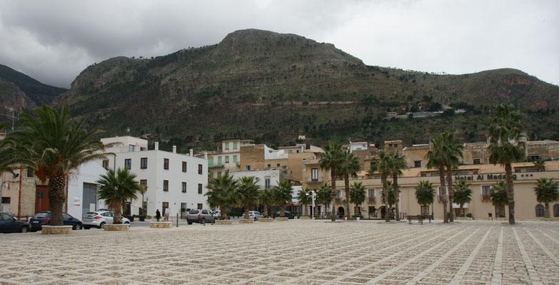 Der grosse Platz in Castelmmare di Golfo