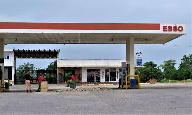 Unse letzte Diesel- Ausfüllstation in Kolumbien. Wir wollen den Tiger im Tank.