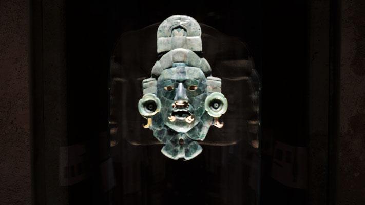 sogar eine Jademaske. Hatten die damals auch schon.......?