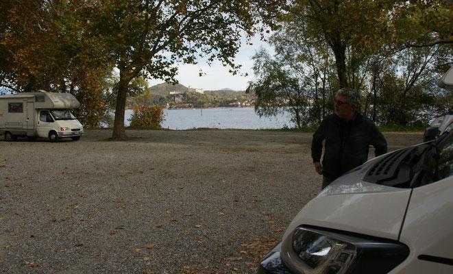 Der Parkplatz direkt am Wasser und neben dem Hafen ist super.