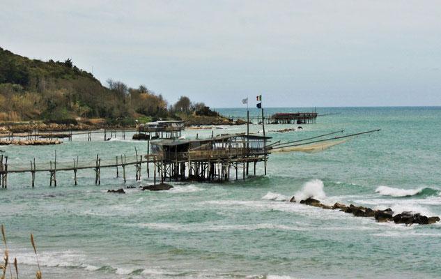 Die Fischerhütten mit den Netzen, die sie an Ort und Stelle zu Wasser lassen können
