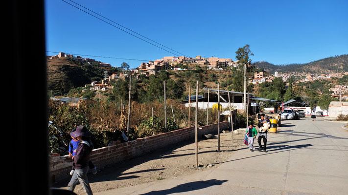 Sucre in Sicht, dazwischen ist irgendwo die Strasse einfach gesperrt.....