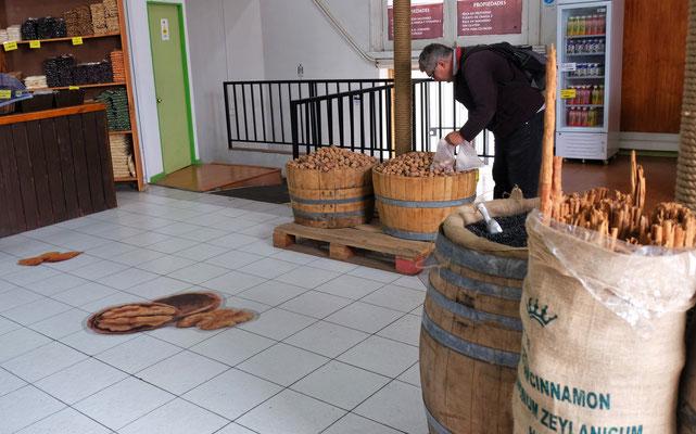 Alois ersetzt die an der Grenze konfiszierten Baumnüsse