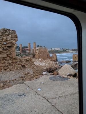 Wir stehen in Avola neben dem eingefallenen Torre