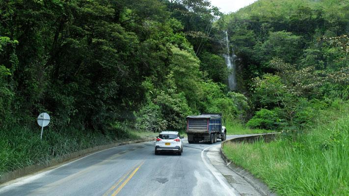Wasserfall am Wegesrand, der sich wohl....