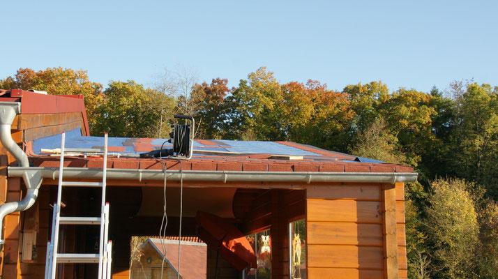Die ersten Schindeln sind auf dem Dach