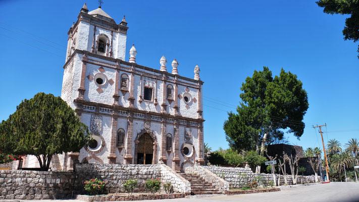 ... Die Jesuitenkirche in San Ignacio von aussen und.....