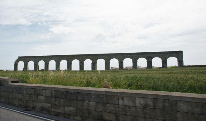 Die Ueberreste des  mittelalterlichen Aquäduktes, das bis Victoria reichte