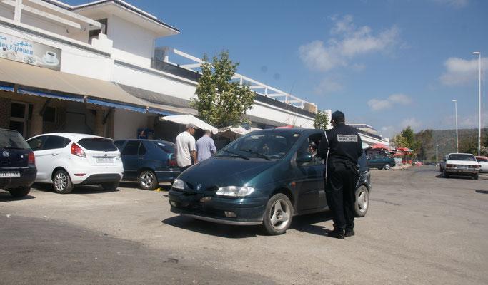 """Mitten in der Kontrolle, bemüht sich der Polizist in Saidia um uns. Der """"Verkehrssünder"""" muss warten."""