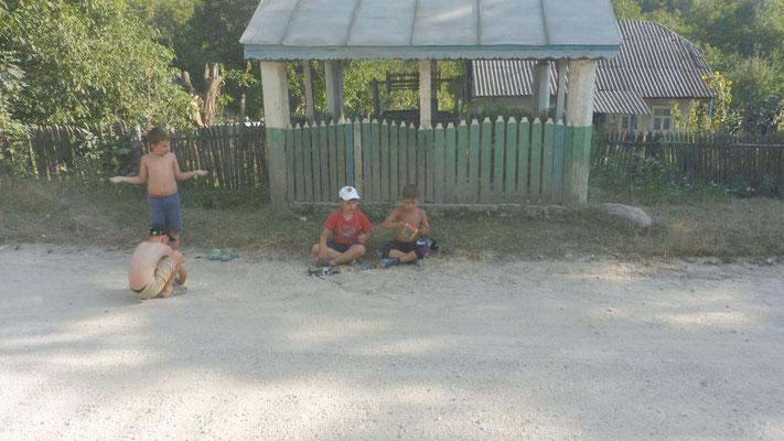 Die Kinder am Strassenrand schlucken jeden Tag viel Staub.
