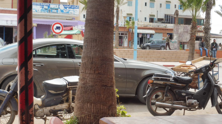 Modernster Mercedes neben Karren