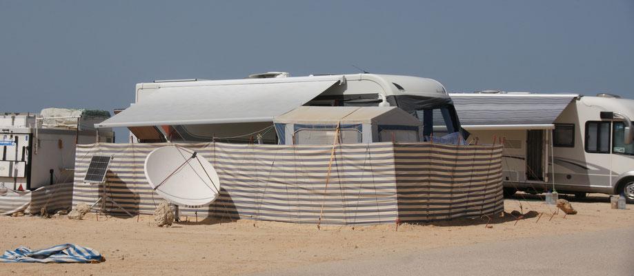 Vor Wind geschützt stehen die Mobile beim km 25 in Dakhla