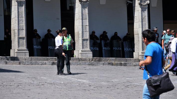 Die vollausgerüsteten Polizisten halten sich im Hintergrund...