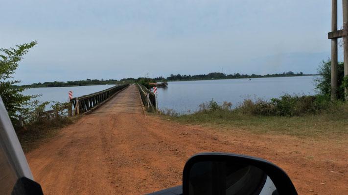 Einmal hin und dann zurück über den Damm in Colonia Carlos Pellegrini....