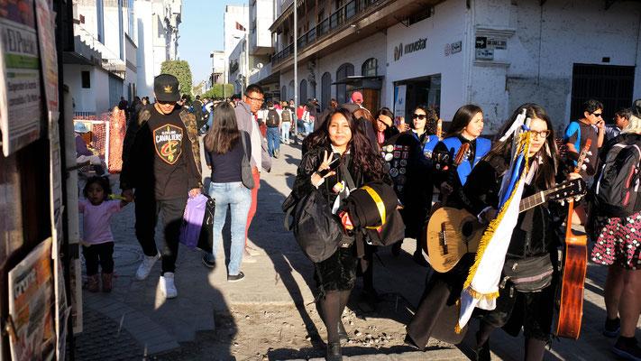 Folkloregruppen sind unterwegs, wohl um die Touristen zu unterhalten