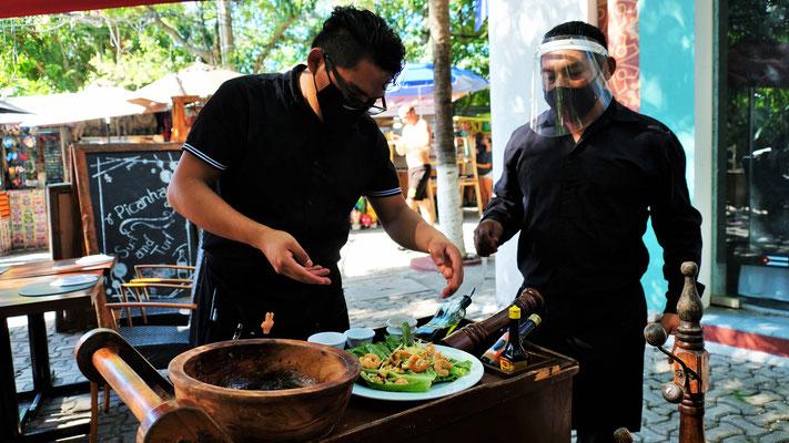 .... schauen zu, wie sie unseren Salat zubereiten.