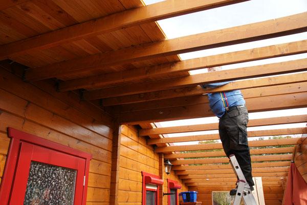 Die neuen Bretter kommen auf's Dach.