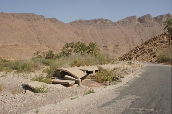 Vom Wasser zerstörte Brücke über ein Oued