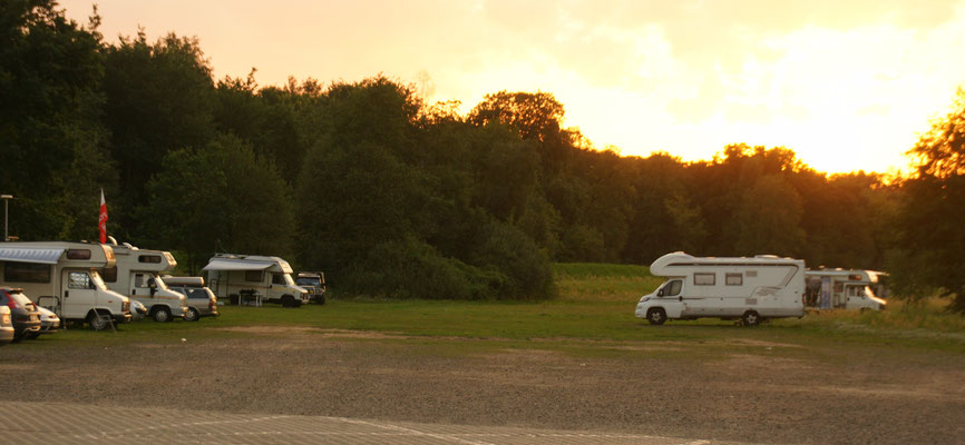 Einige Polen mit Womos teilen mit uns den grossen Parkplatz auf der Wiese neben dem Schloss von Uniejowo