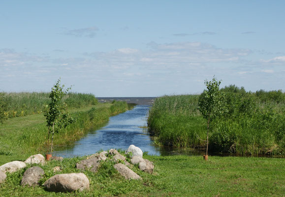 Nur kurze Einblicke auf den riesigen See sind möglich.