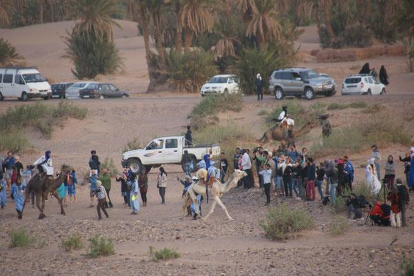 """und los geht das """" Rennen"""" mitten in die Menschen in M'hamid"""