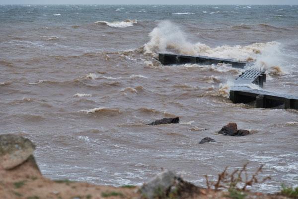 Die Wellen schlagen hoch beim Leuchtturm in Montevideo