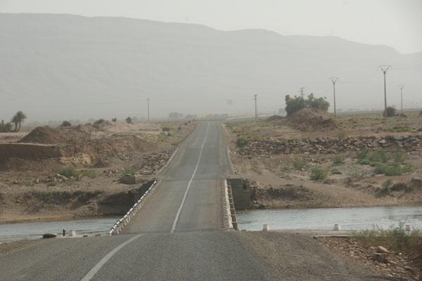 Querung des gut wasserführenden Oued Draa