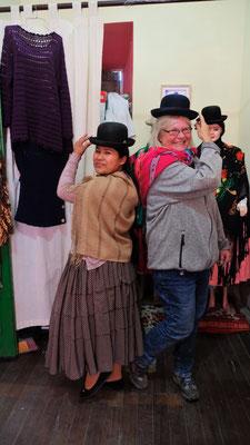 Rosaria die Cholita von der Sonneninsel bringt uns die traditionelle Kleidung näher