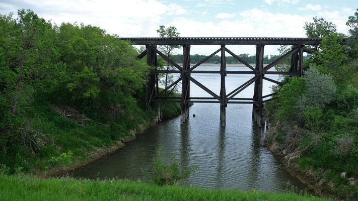 Solche Holzbrücken für die Eisenbahnen gibt es überall in den USA.