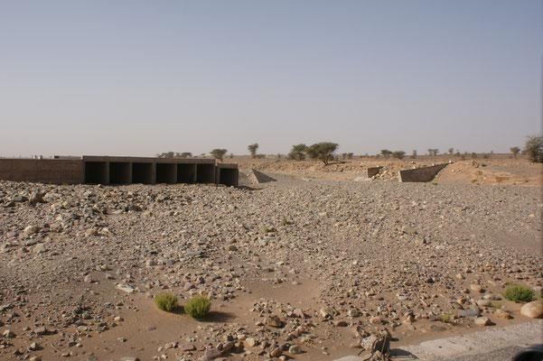 Schon wieder zerstörte Brücke. Sieht man solches, versteht man,dass in der Wüste mehr Menschen ertrinken, als verdursten