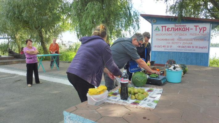 Alois beim Gemüseeinkauf. Er schäkert mit den Marktfrauen